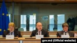 Premierul Pavel Filip și Elmar Brok (st.), la audierile din Parlamentul European