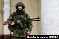 Вооруженный российский солдат у здания захваченного аэропорта Симферополя. 28 февраля 2014 года.