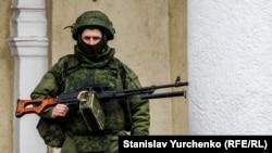 Симферополь әуежайы ғимаратын басып алған Ресей қарулы күштерінің сарбазы. 28 ақпан 2014 жыл.