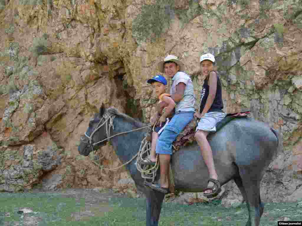Выход на природу на лошадях с братишками Адряном и Арманом, приехавшими из Германии. Прислал Амангельды