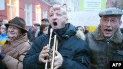 Латвія - Протести перед парламентом проти запропонованого бюджету, Рига, 1 грудня 2009 року.