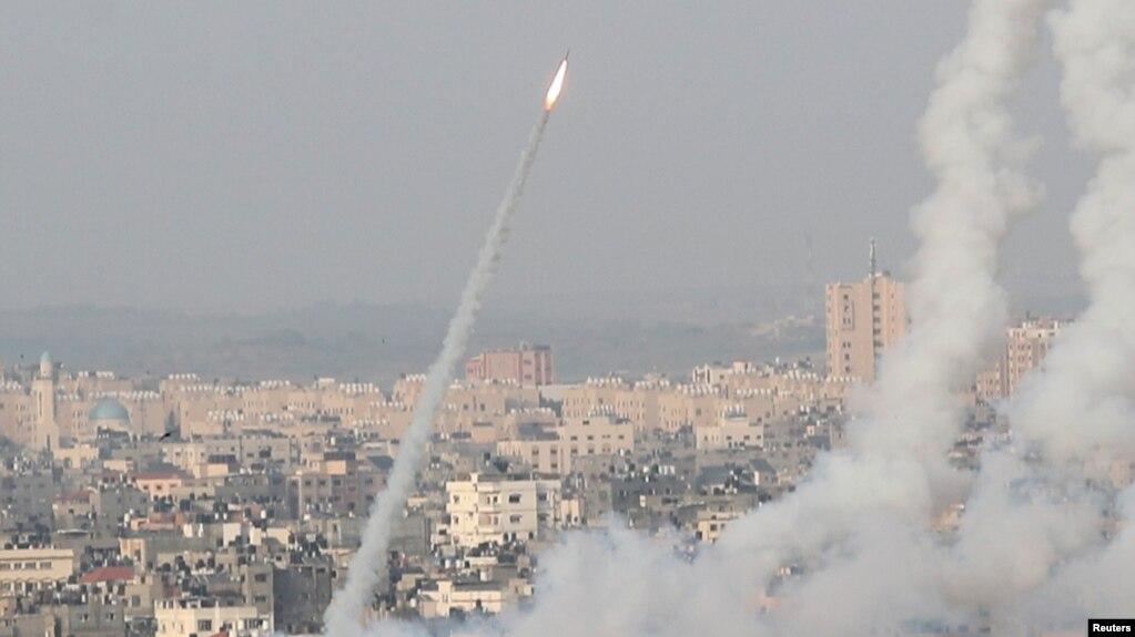 لحظه شلیک راکتهای گروه حماس به سمت بیتالمقدس از نوار غزه