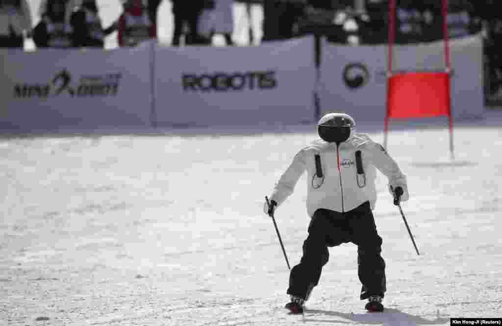 Робот бере участь у змаганнях Ski Robot Challenge на лижному курорті Хенсенг у Південній Кореї. Змагання проводились паралельно з Олімпіадою в Пхьончхані