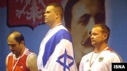 حسین خدادادی (چپ) در کنار ورزشکار اسرائیلی بر سکوی مسابقات جهانی پیشکسوتان در لهستان