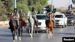 Боевики группировки «Исламское государство Ирака и Леванта» на параде на улицах города в сирийской провинции Ракка. 30 июня 2014 года.