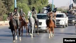 Исламистские боевики в северной провинции Сирии Ракка. 30 июня 2014 года.