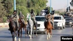مقاتلو داعش خلال استعراض في مدينة الرقة السورية (من الارشيف)