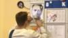 Məktəbli Navalnının şəklini yapışdırır