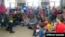 """Джулан Лоуэнфельд читает стихи русских поэтов в общественном центре """"Гомер"""" на Аляске (март, 2010 года). Фото с сайта http://lowenfeld.com"""