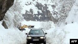 Automobil na jednom od puteva ka Podgorici, 5. februar 2012.