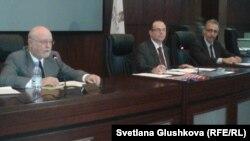 Назарбаев университеті профессорлары Джон Витте мен Говард Швебер дебатта отыр. Астана, 29 қазан 2012 жыл.