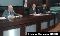 Профессора Назарбаев Университета Джон Витте (крайний слева) и Говард Швебер (крайний справа) выступают перед студентами в роли самопровозглашенных кандидатов в президенты США. Астана, 29 октября 2012 года.