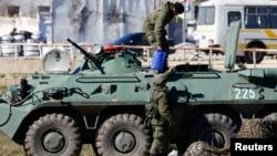 Вооруженные люди, предположительно российские военные, в Феодосии