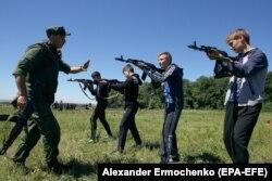 «Патріотичні» заняття, що проводять з дітьми бойовики у захопленому Донецьку. Травень 2018