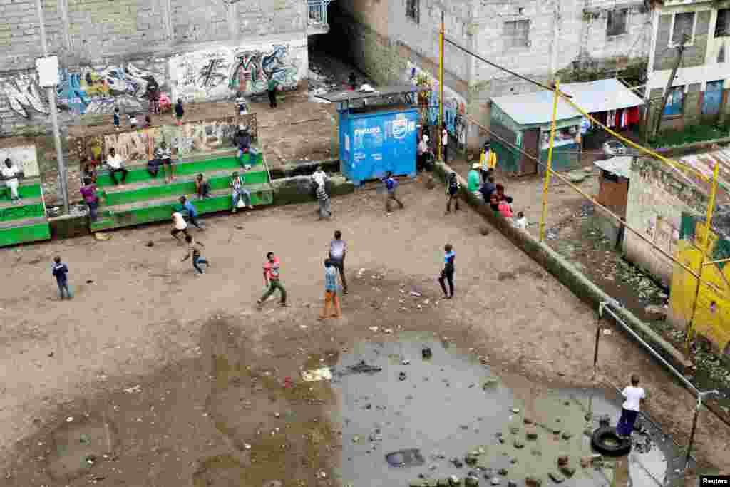 """Юным кенийцам не помеха лужа на их """"стадионе"""". 1 мая 2018 года."""