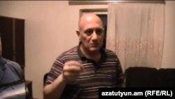 «Իջևանի բժշկական կենտրոնի» նախկին տնօրեն Հրաչյա Ներսիսյանը իր տանը կատարվող խուզարկության ժամանակ, Իջևան, 9-ը հունիսի, 2015թ.