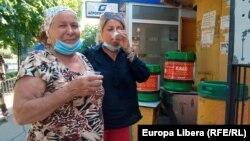 Tiraspol, două femei potolindu-și setea cu cvas. 6 iulie 2021