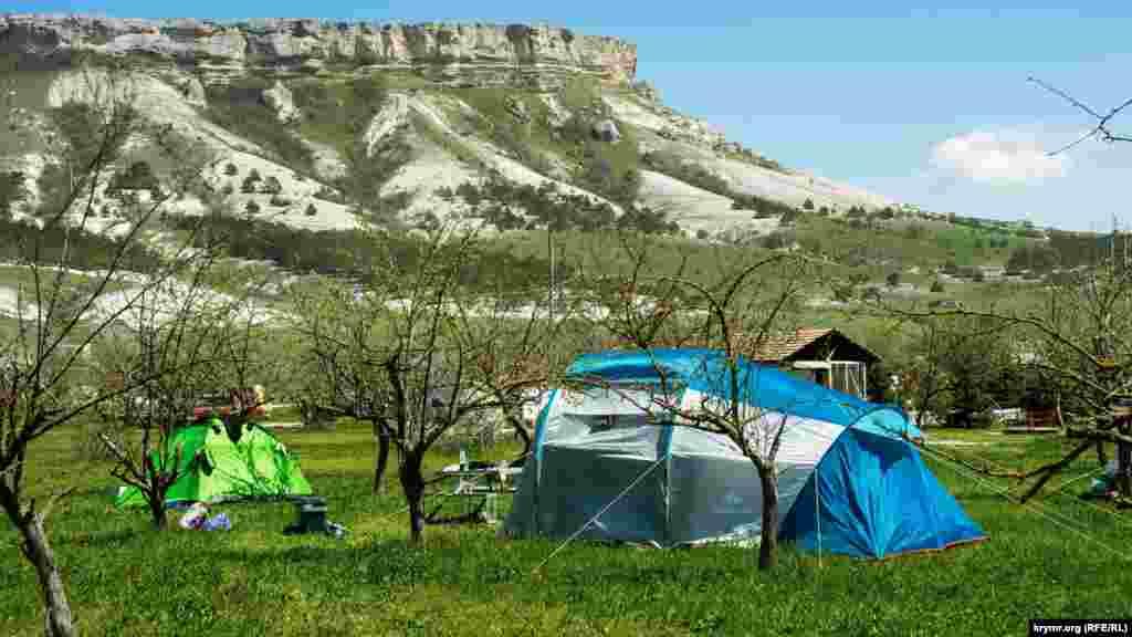 Другие по соседству разбили палатки просто в яблочном саду