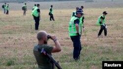 """Представитель сепаратистов наблюдает за работой экспертов на месте крушения """"Боинга"""""""