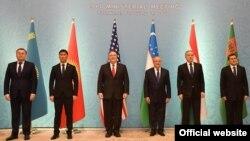 Қазақстан, Қырғызстан, Өзбекстан, Тәжікістан мен Түркіменстан сыртқы істер министрлері мен АҚШ мемлекеттік хатшысы Майк Помпео С5+1 кездесуі кезінде. Ташкент, 3 ақпан 2020 жыл.