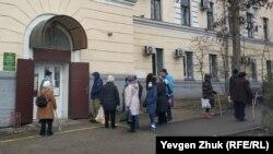 Черга біля аптеки в Севастополі, 13 січня 2021 року