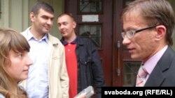 Журналістка Аліса Поль падчас інтэрвію з праваабаронцам Раманам Кісьляком.