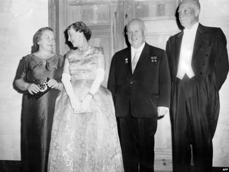 Слева направо: Жена Хрущева - Нина, жена Эйзенхауэра, Никита Хрущев и Дуайт Эйзенхауэр в Вашингтоне во время официального визита руководителя СССР в США. 16 сентября 1959 года.