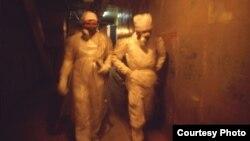 Дазімэтрысты Ігар Міхайлаў і Юры Кабзар ідуць калідорамі станцыі ўнутры чацьвёртага блёку