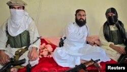 Wali ur-Rehman yaraqlı həmkarları arasında Vəziristanda. 28 iyul 2011
