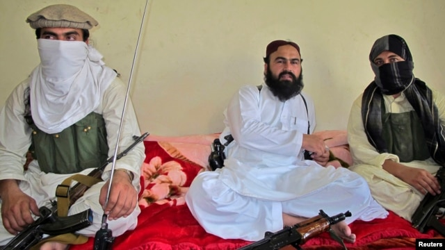 Wali-ur Rehman Mehsud (center) speaks to reporters in July 2011.