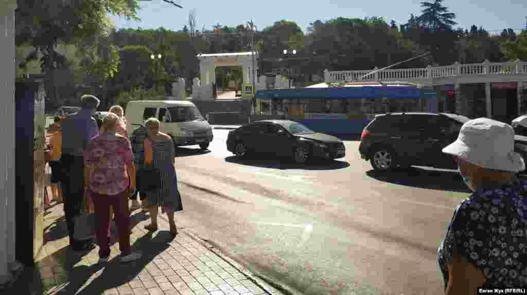 Вулиця Матвія Вороніна закінчується на перетині з вулицею Героїв Севастополя, виходячи на площу біля Малахова кургану