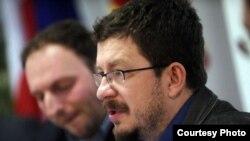 """Филип Стојановски за време на панел-дискусијата """"Водење на јавната дебата на повисоко ниво: Социјални медиуми како олеснителен фактор за партиципативна демократија"""" во ЕУ инфоцентарот во Скопје."""