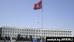 Ош шаарында ЕККУнун полиция күчтөрүн түштүккө киргизүүгө каршы жыйын болду. Ош ш. 2010-жылдын 11-августу.
