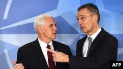 Mike Pence și Jens Stoltenberg la sediul NATO din Bruxelles, 20 februarie 2017.