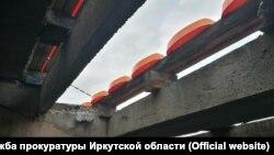 Обрушившаяся трибуна на стадионе в Братске (вид снизу)