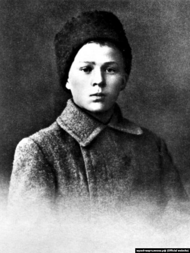 Аркадію Гайдару в 1919 році було лише 15 років. А герой його автобіографічної повісті в цей час брав участь у розстрілах українських повстанців