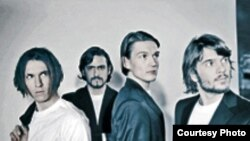 گروه راک «ساماوایو» - بهرنگ علوی، خواننده و سرپرست گروه نفر سوم از سمت راست.