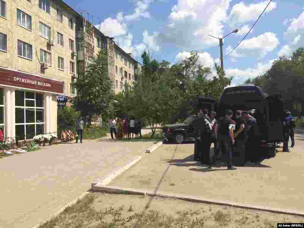 Гроб с телом Андрея Максименко заносят в катафалк.