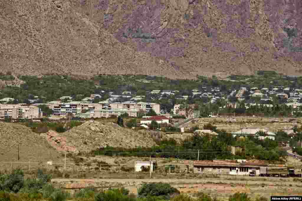 Ermənistanın Meğri şəhəri Arazın iran sahillərindən belə görünür.