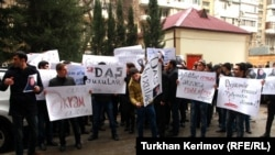 Azerbaijan -- protest in front of writer Akram Aylisli's home in Baku - 31Jan2013