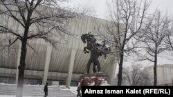Кышкы Бишкек. Кожомкул атындагы спорт сарайынын алдындагы Кожомкул балбандын айкели.