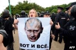 Учасниця антикорпуційного мітингу в Санкт-Петербурзі, 12 червня 2017 року