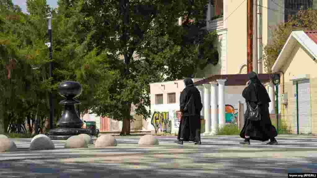 Черниці біля постаті шахового пішаки в Катерининському саду