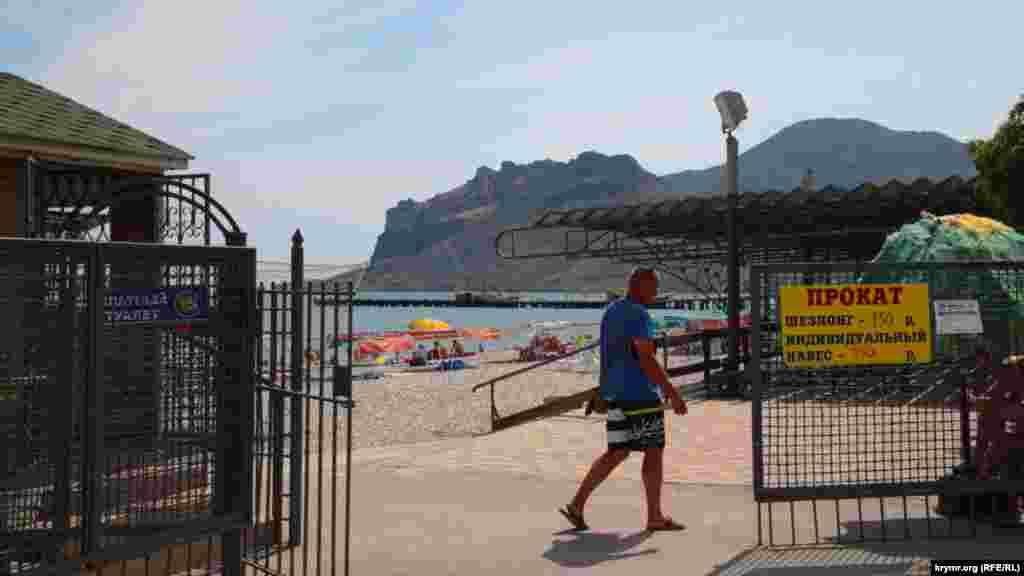 У входа на пляж встречает табличка с расценками на услуги: прокат шезлонга стоит 150 рублей (56 грн), а индивидуальный навес– 250 рублей (95 грн)
