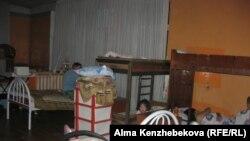 Балаларын ұйықтатып жатқан әйелдер. Алматы, 7 шілде 2016 жыл.