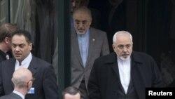 İranın xarici işlər naziri Javad Zarif (sağda) danışıqların ötən raundundan sonra