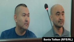 Гражданские активисты из города Атырау Талгат Аян (слева) и Макс Бокаев на суде по их делу. Атырау, 12 октября 2016 года.