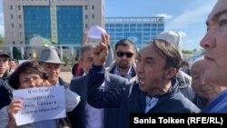 Активисты во время акции в поддержку жанаозенцев. Нур-Султан. 4 сентября 2019 года.