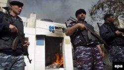 Палестинская полиция охраняет опустошенное здание Британского совета в Газе