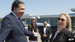 Президент Михаил Саакашвили Дәүләт секретаре Һилари Клинтонны Батуми һава аланыннан Бакуга озата
